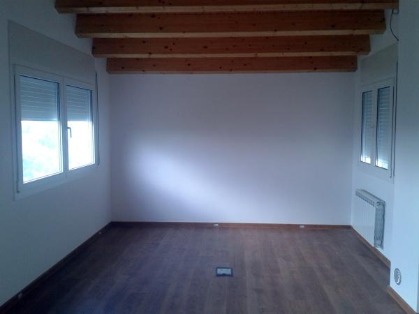 Foto estudio con pavimento parquet y techos con vigas de maderas laminadas y paneles sandwich - Laminas de parquet ...