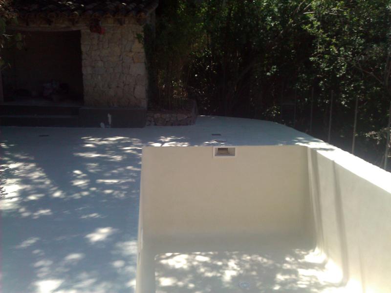 Foto exteriores y piscina despues de aplicar micro for Precio de piscinas de cemento