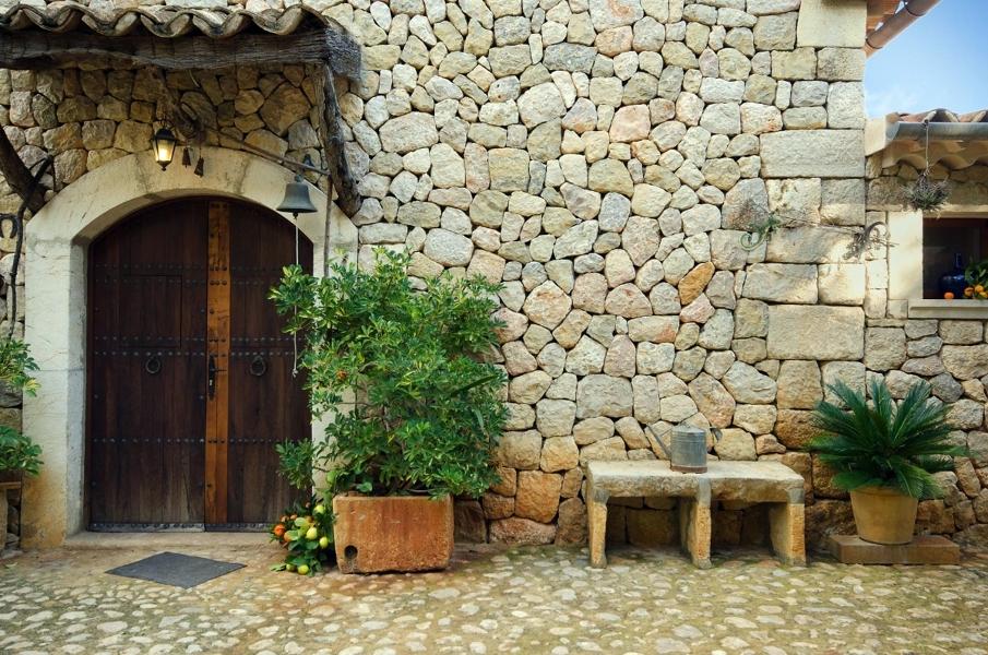 Foto fachada de piedra y banco de obra de tos als verds for Banco de piedra para jardin