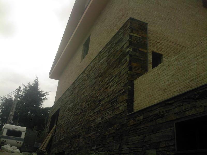 Foto fachada de pizarra y ladrillo rustico de for Fachadas de ladrillo rustico