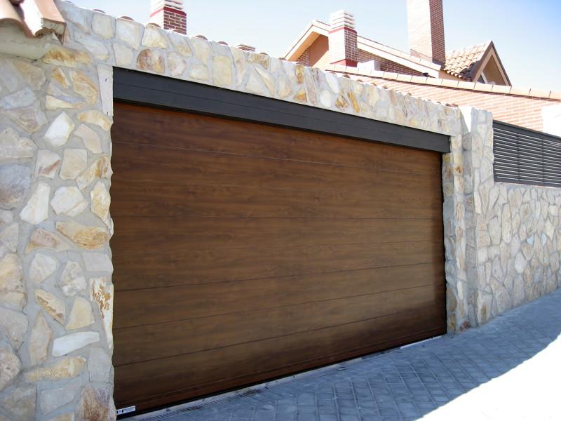 Foto factorydoor puerta seccional imitaci n madera lisa - Imitacion madera para fachadas ...