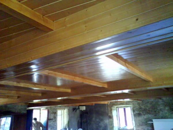 Foto falso techo con abeto color miel barnizado de - Falsos techos para banos ...