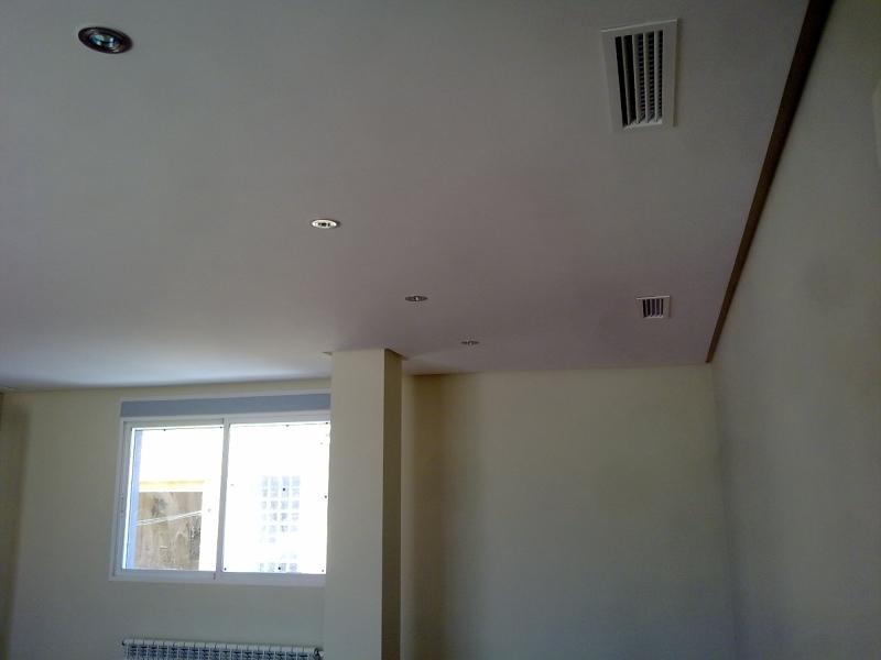 Foto falso techo de escayola con oscuro perimetral de for Techos desmontables para banos
