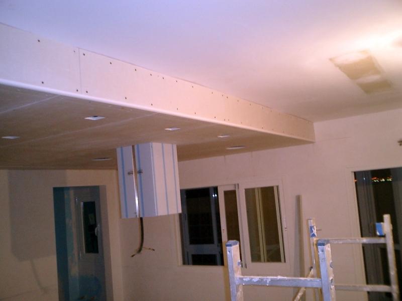 Foto falso techo de pladur parcial con focos halogenos for Techos salones modernos