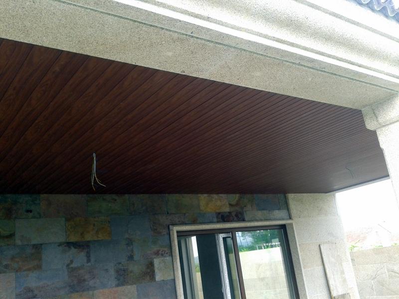 Foto falso techo de pvc foliado madera nogal en porche de - Techos para terrazas precios ...