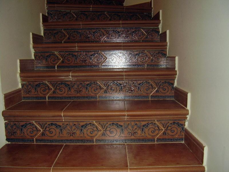 Foto forrado de escaleras con plaqueta rustica de for Fotos de escaleras rusticas