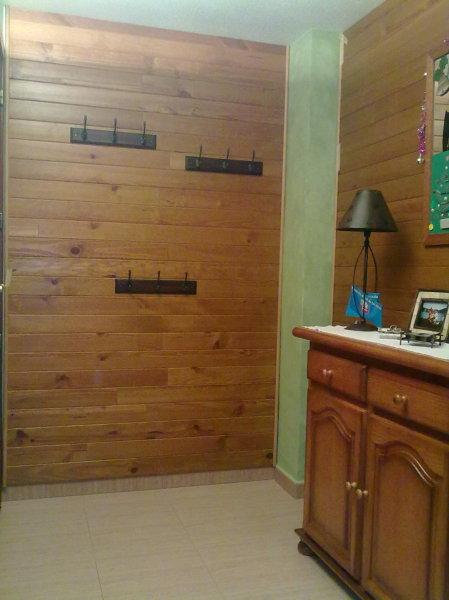 Foto forrar pared con madera de pintadecorborriol 714241 for Paredes de madera para jardin