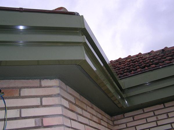 Forro metálico en cornisas de terraza.