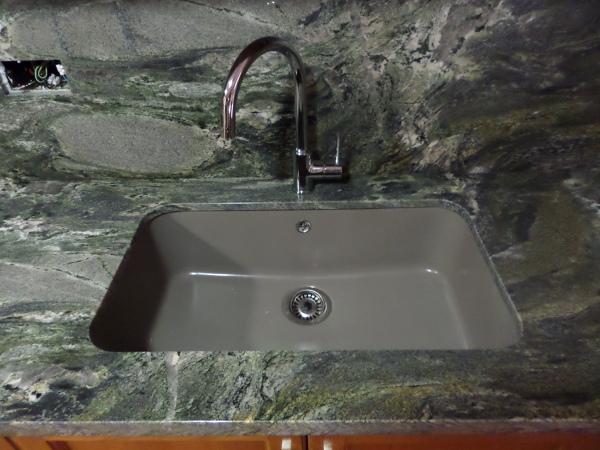Foto fregadero de fibra color gris instalado bajo for Cambiar color encimera granito