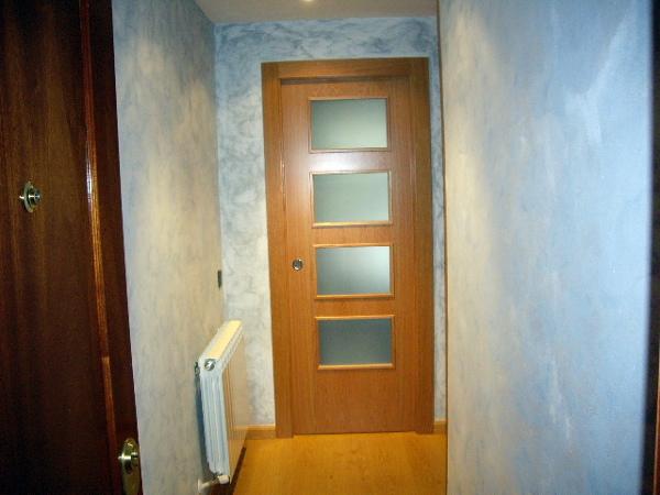 Foto hall de entrada en vivienda puerta corredera y - Puertas para viviendas ...