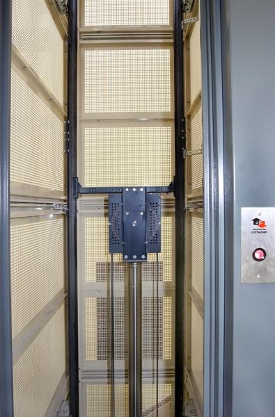 Foto hueco de escalera con estructura de chapa perforada for Ascensores carbonell telefono averias
