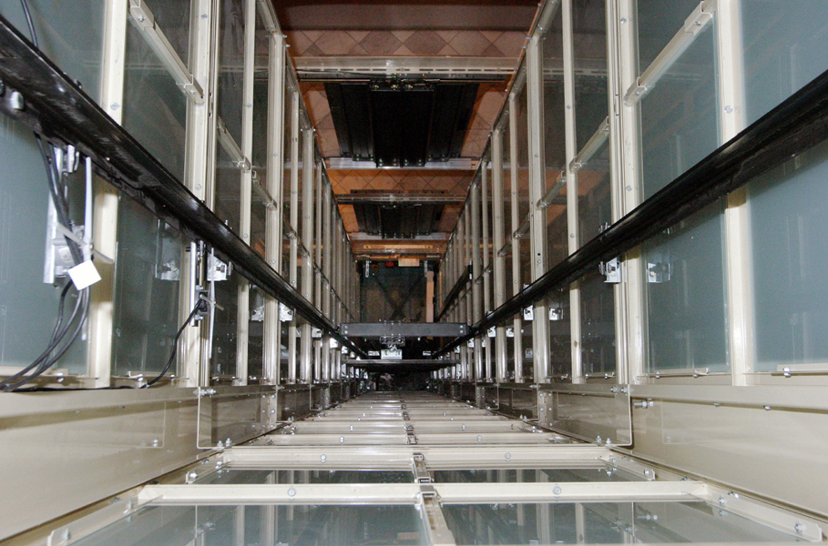 Foto hueco de escalera en estructura acristalada de for Ascensores carbonell telefono averias