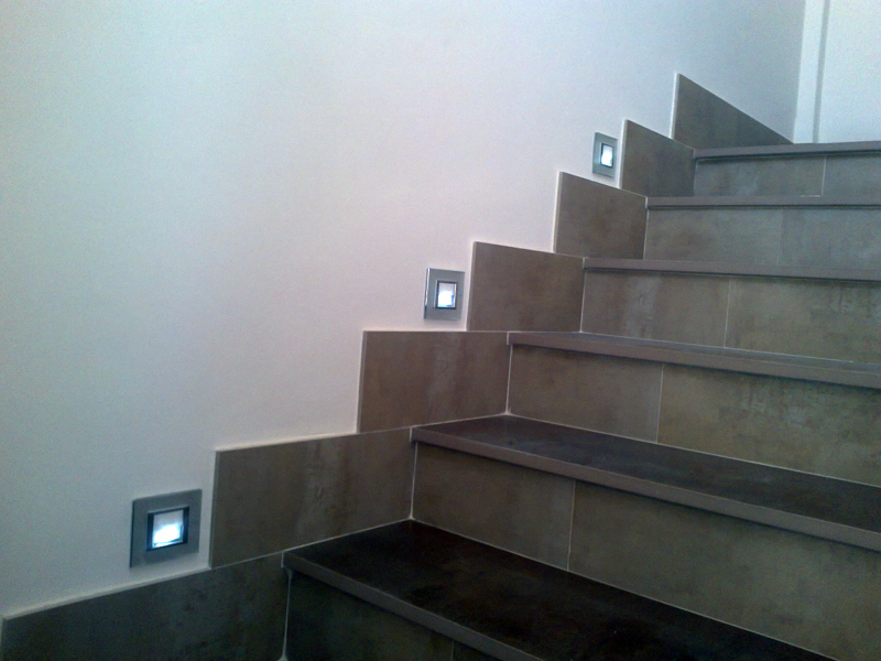 Foto iluminacion escalera de aplicaciones electricas for Apliques led para escaleras