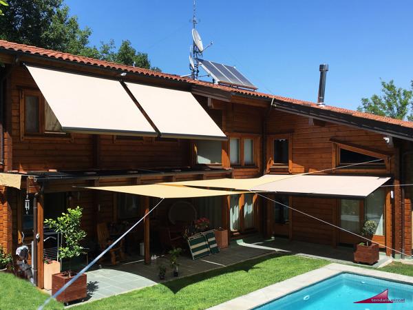 Foto toldos cofre en casa de madera de tendals gircat 1626116 habitissimo - Toldos en albacete ...