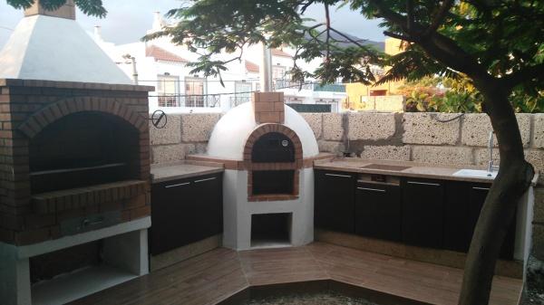 Foto horno de le a y barbacoa con mueble bajo de cocina for Modelos de hogares a lena rusticos