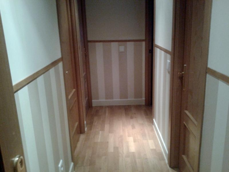 Foto instalaci n de z calo de papel pintado en pasillo de - Como pintar puertas de sapeli ...