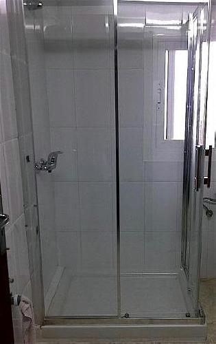 Foto instalaci n mampara de ba o con 2 fijos y 2 puertas for Puertas de entrada con vidrio