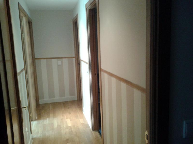 Foto instalci n de z calo en papel pintado y rematado con for Papel pintado para puertas