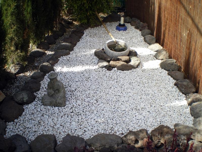 Foto jard n piedra blanca de jardineria cm 297330 for Piedra volcanica para jardin