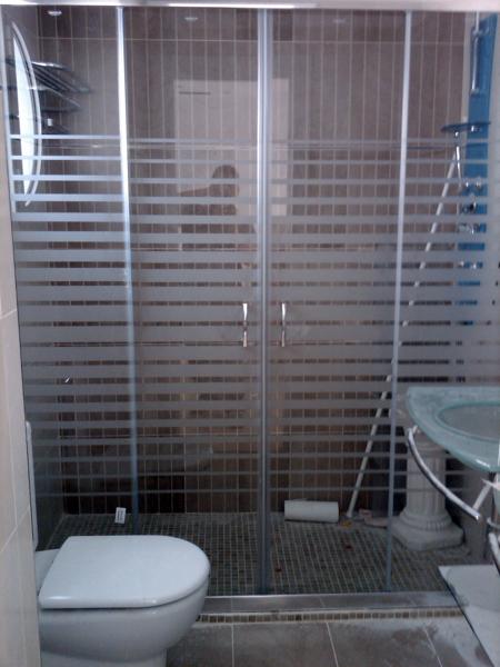 Foto mamparas de ducha o ba o todo tipo de romaype al for Tipos de duchas para banos