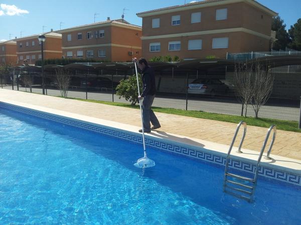 Foto mantenimiento de piscinas de socoval piscinas e for Precio mantenimiento piscina