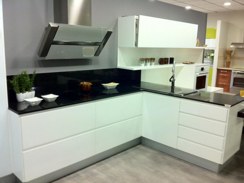 Foto mobiliario blanco alto brillo lacado de gremidecor - Cocinas lacadas en blanco ...
