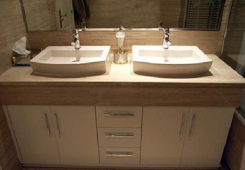 foto mueble con faldon y lavabos sobre encimera de
