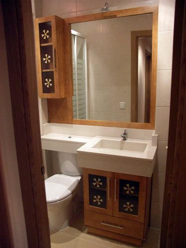 Foto mueble con lavabo integrado y brazo para sanitario for Muebles de lavabo de obra