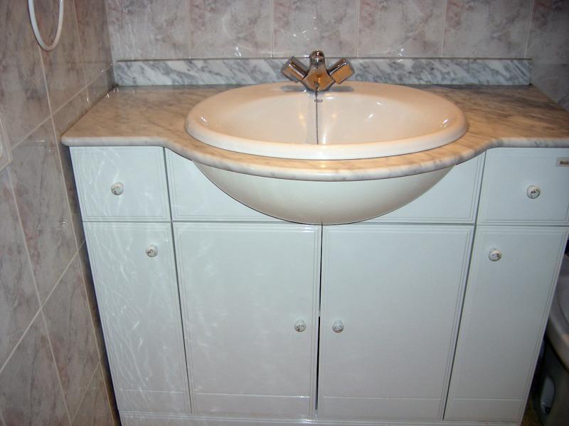 Foto mueble con lavabo de piedramole construcciones y for Mueble bano con lavabo