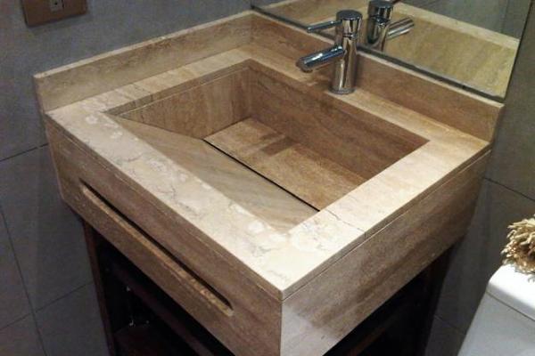 Foto mueble de ba o con lavabo integrado en travertino de for Precio marmol travertino para exterior