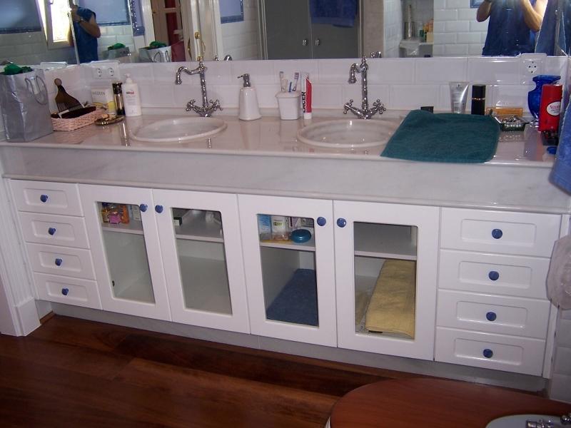 Foto mueble de ba o con puertas en madera de suecia lacada en blanca y cristal para visillo de - Mueble de bano madera ...