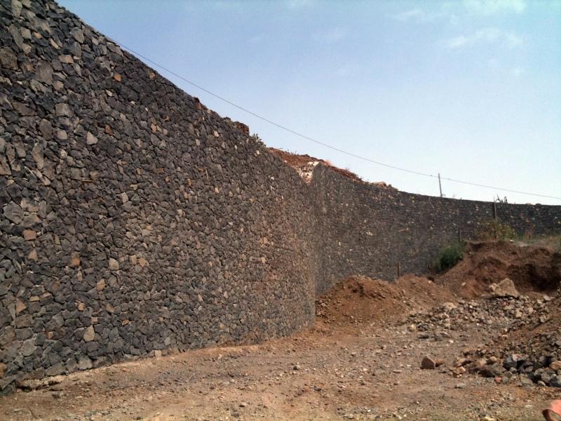 Foto muro de contenci n visto de arquitectura ingenieria for Muro de contencion precio