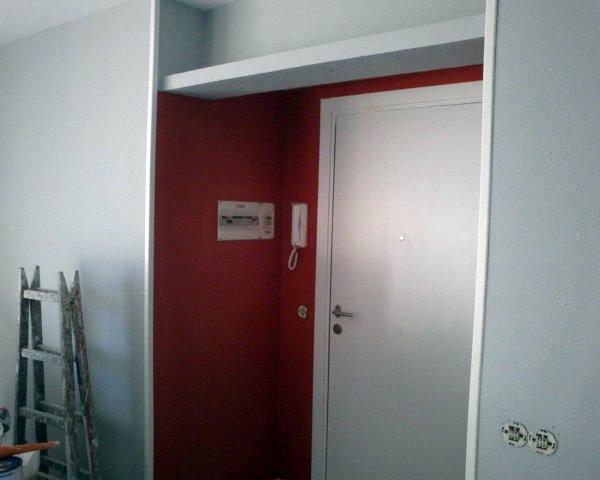 Foto pared de entrada color rojo fuego destacando - Mueble salon rojo ...