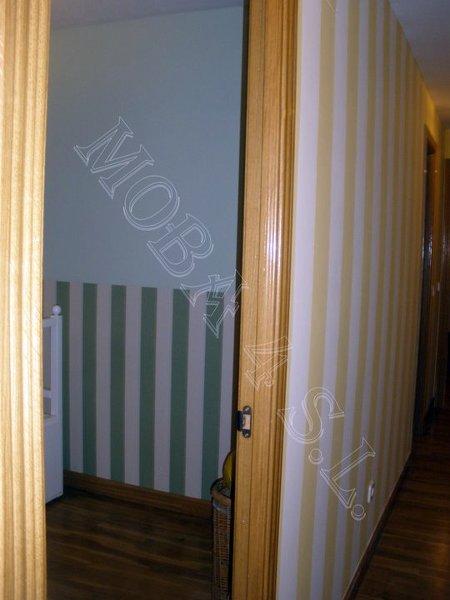 Foto pared de pasillo acabado en rayas verticales de - Paredes a rayas verticales ...