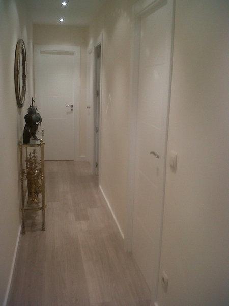 Foto parquet flotante gris claro y puertas lacadas - Suelo gris puertas blancas ...