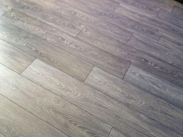 Foto pavimento imitacion madera gris en p v c de pablo for Suelo porcelanico imitacion madera