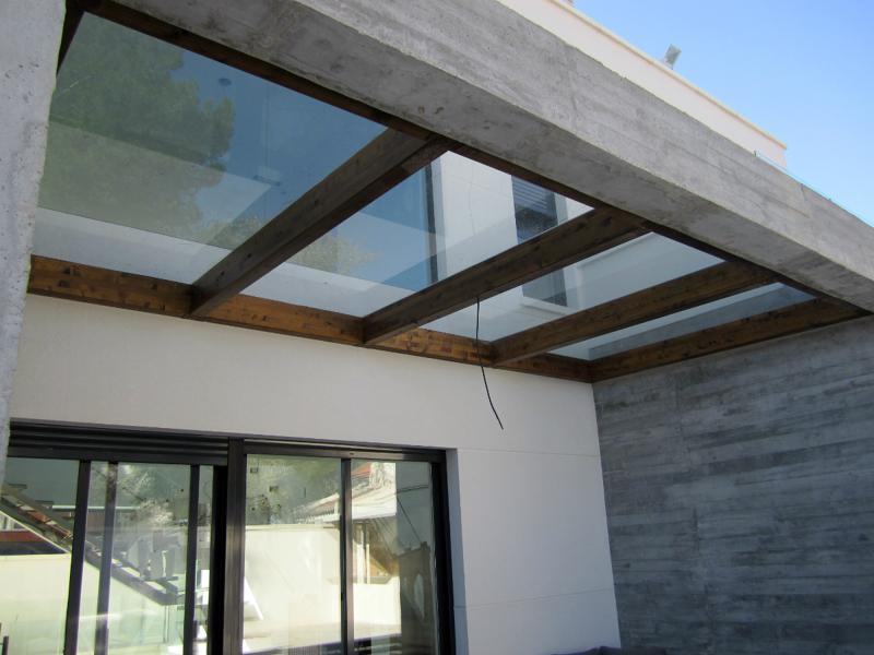 Foto pergola madera y cierre cristal sobre muros hormigon for Casas modernas hormigon visto