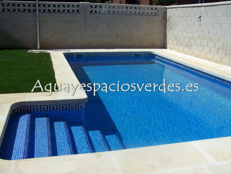 foto piscina 8x4 con escalera de aesver agua y espacios