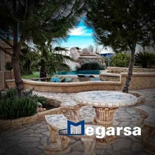 Foto piscina con cascada y entornos de piscinas megarsa for Cascadas prefabricadas