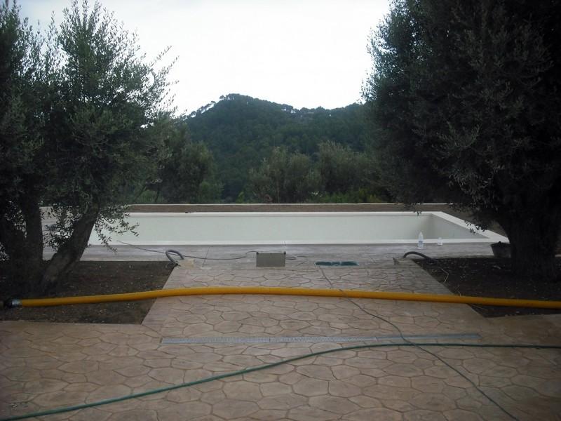 Foto piscina con gresite blanco y terrazade hormigon for Piscinas con gresite blanco