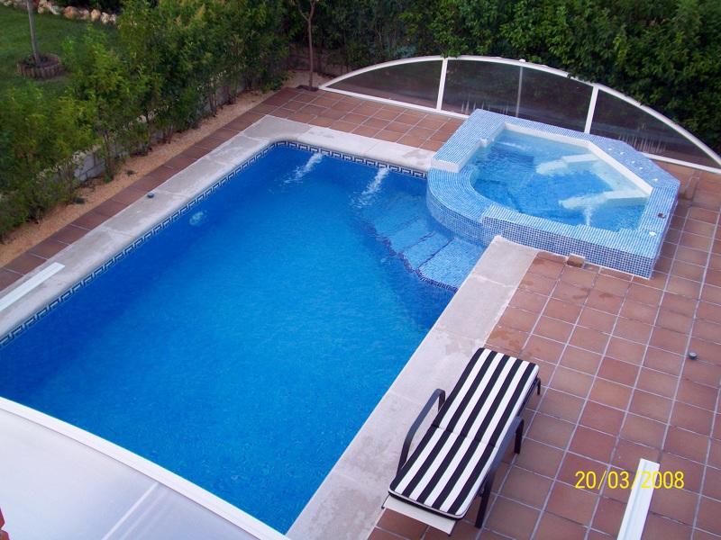 Foto piscina con jacuzzi desbordante de piscinas y for Cascadas prefabricadas