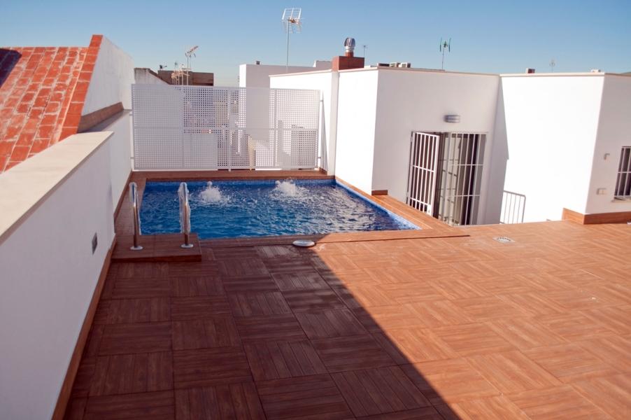 Foto piscina con solarium en la azotea de la vivienda de for Construir alberca en azotea