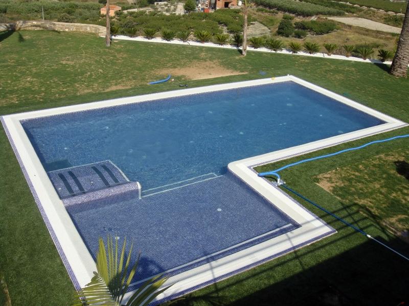 Foto piscina con tumbonas hidromasaje y zona ni os de for Piscina plastico ninos