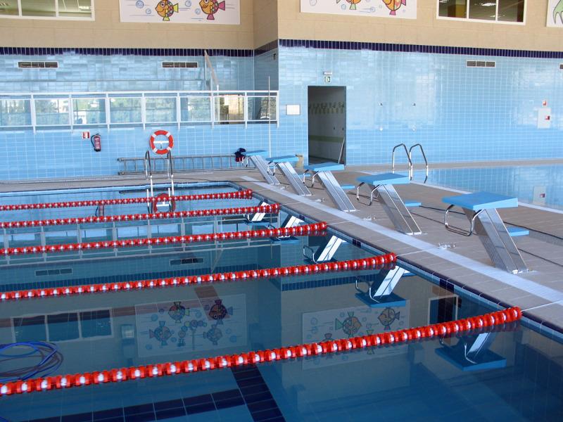 Foto piscina cubierta colegio san jose del parque de for Piscina hortaleza