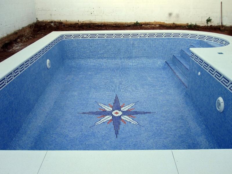Foto piscina de 7 x 4 con escalera de obra de piscinas for Escaleras para piscinas de obra