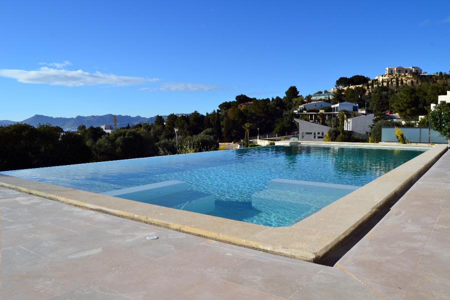 foto piscina infinity con zona jacuzzi de antoni gost s