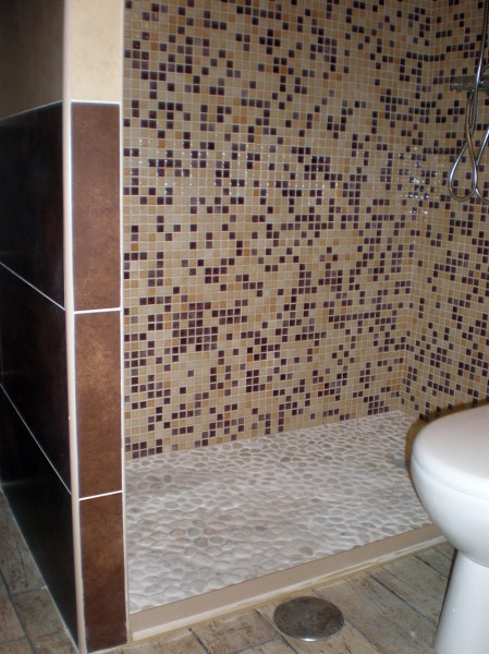 Foto plato de ducha de obra con piedra natural de corema Ideas para duchas de obra