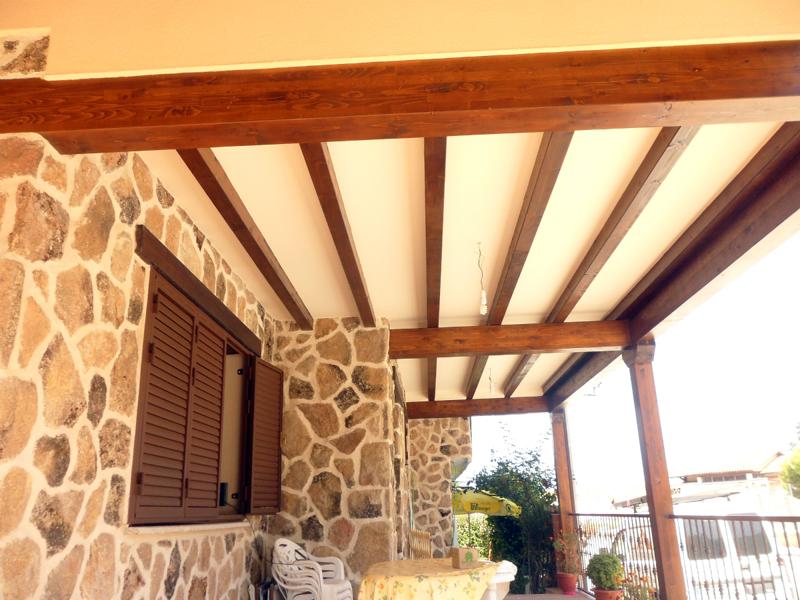 Foto porche con vigas de madera de construcciones y - Vigas de madera huecas ...