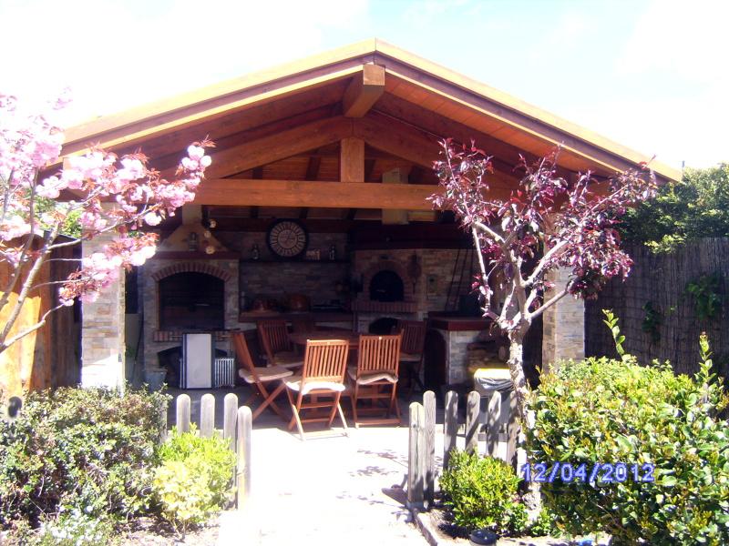 Foto porche en madera chimenea y barbacoa de nita nelu - Porches con barbacoa ...