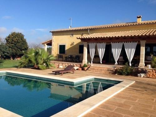 Foto porche trasero y piscina de construcciones mallorca for Casas con porche y piscina